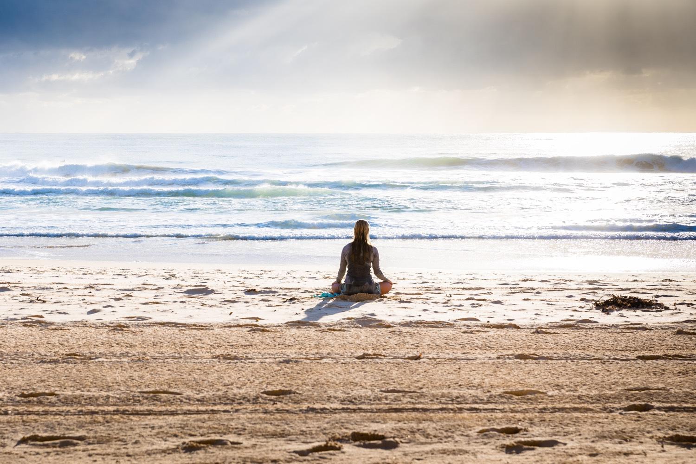 Symbolbild Yoga: Frau am Strand. Foto: Simon Rae/Unsplash