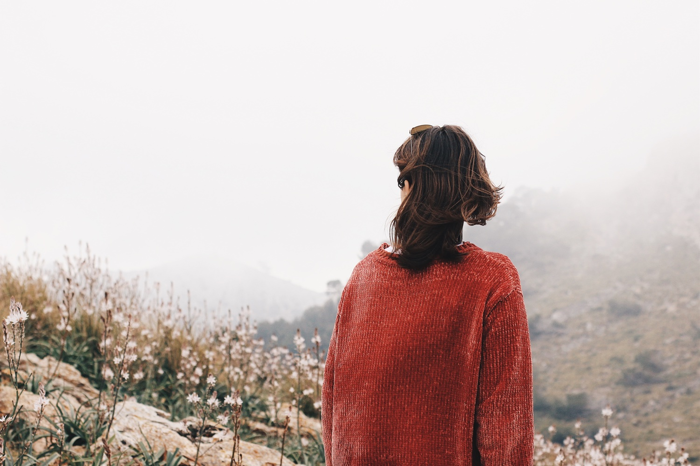 Frau im roten Pullower. Symbolbild. Foto: Pablo Hermoso/Unsplash