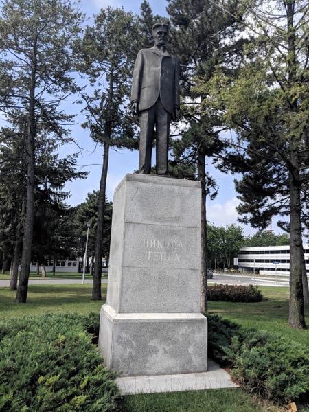 Tesla statue flughafen eigenes foto