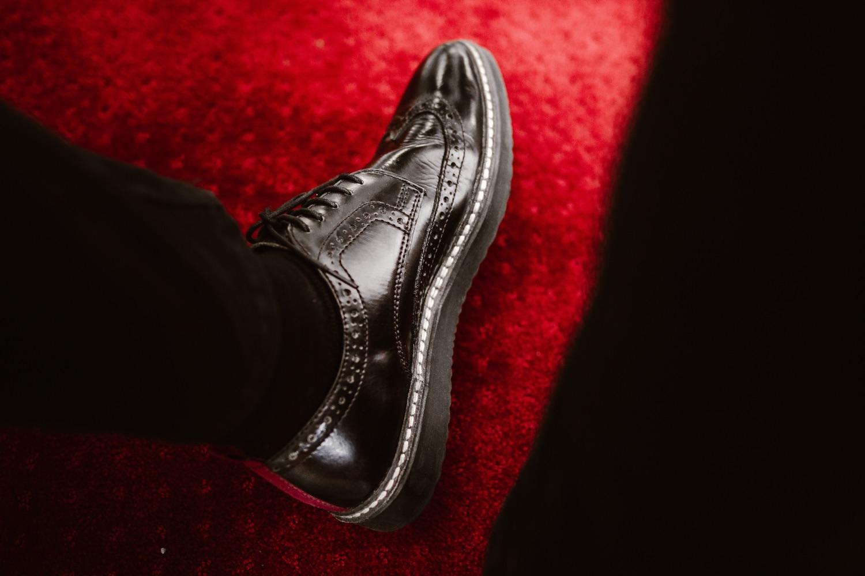 Budapester Schuh auf rotem Teppich. Foto: Anton Darius Thesollers/Unsplash