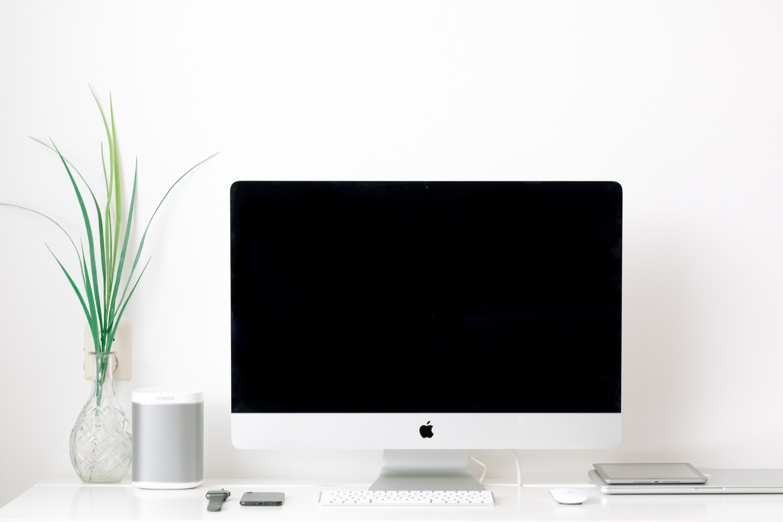 Sonos-Box auf dem Schreibtisch, Amazon Music erklingt. Foto: Jessy Smith/Unsplash
