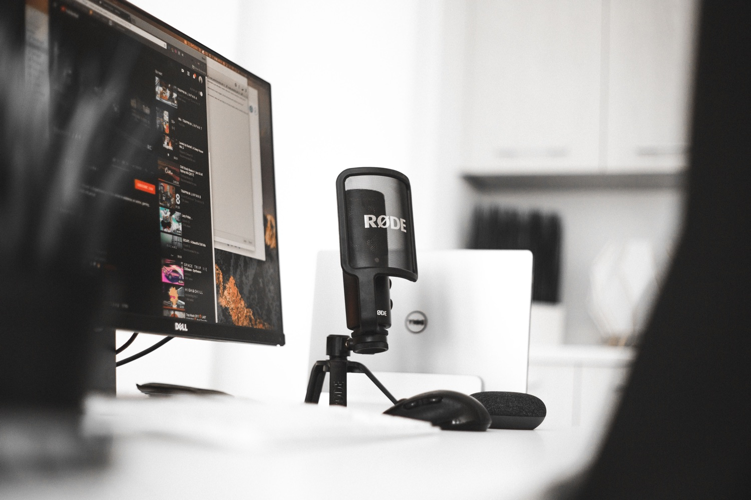 Typisches Podcaster-Studio, mit Rode-Mikro. Foto: Blake Connally/Unsplash