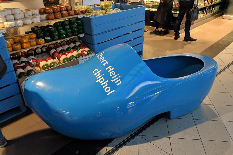 Riesiger Holzpantoffel am Amsterdamer Flughafen Schiphol, für Kinder zum Spiel gedacht. Eigenes Foto/Albert Heijn