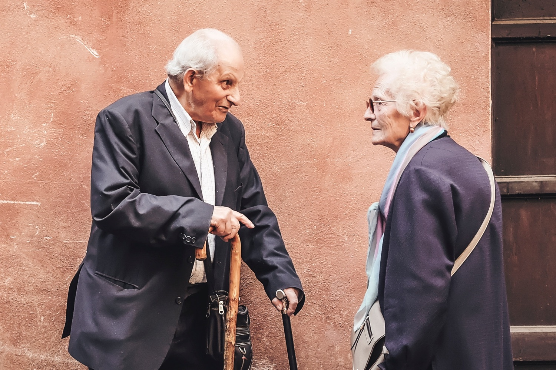 Wie Menschen miteinander reden: Alt und Alt. Foto: Cristina Gottardi/Unsplash