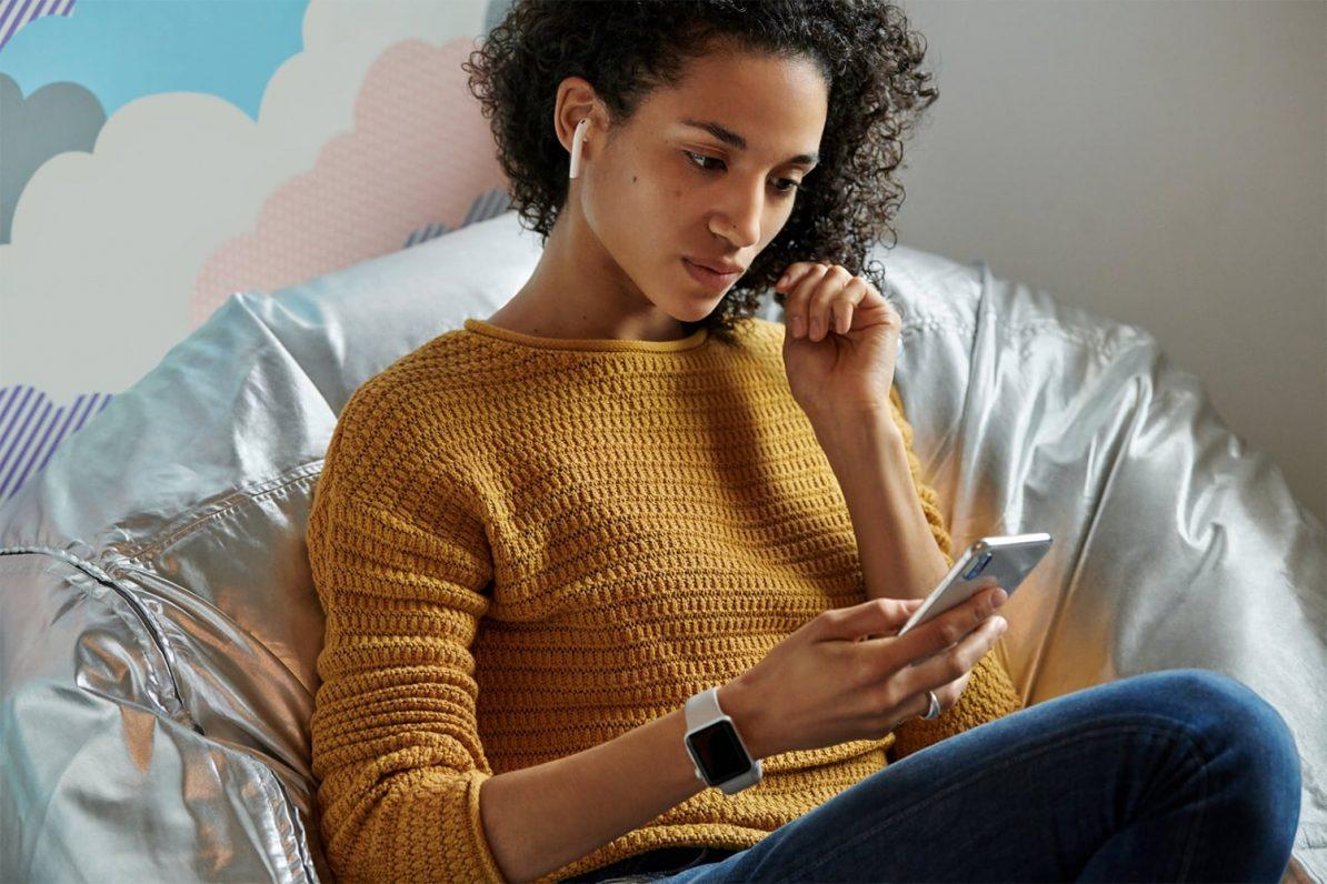 Frau mit AirPods von Apple. Foto: Apple