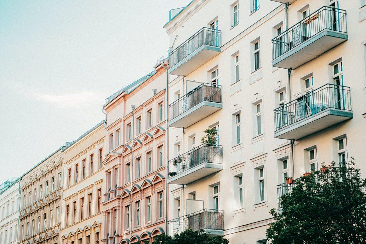 Typische Berliner Straße mit Altbauten